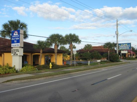 Americas Best Value Inn St. Augustine Beach: View of motel from outside (Zaharias next door)