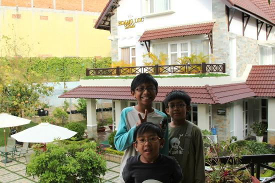 Hoang Loc Villa Hotel: Kids enjoyed the compound...