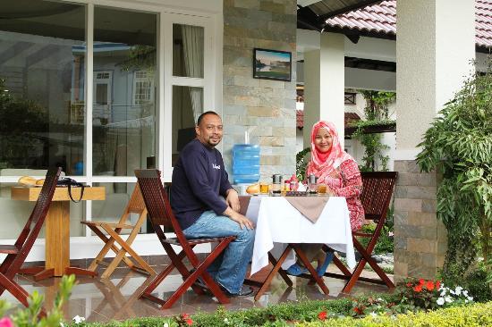 Hoang Loc Villa Hotel : Enjoying our breakfast...