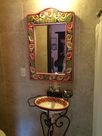 Hotel Yazmin: Cute bathroom