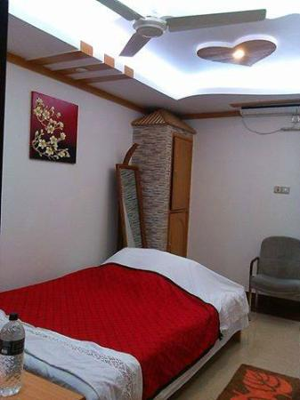 Nice Guest House & Training Hall and Dolna Food Heaven: Nice Guest House Room/ Suite
