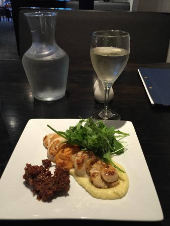 Mac's Food and Wine : Scallop starter with bacon jam