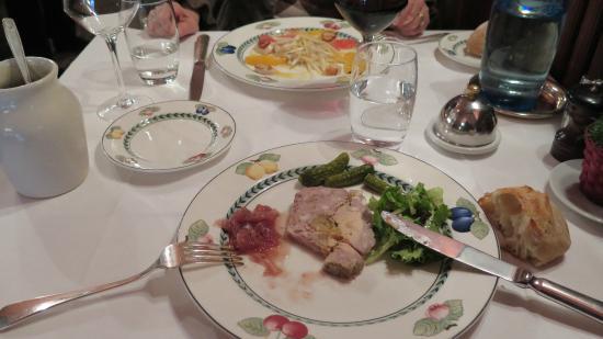 Au Petit Marguery : Salade de St Jacques ---- Terrine d'Oie et foie gras.