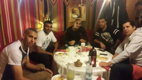 Avec l 39 equipe nationale d 39 algerie photo de la palmeraie restaurant alger tripadvisor for Ab cuisine algerie