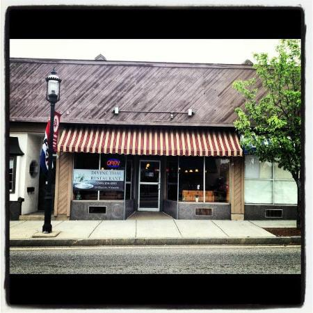 Whitinsville, MA : The Front of Divine Thai