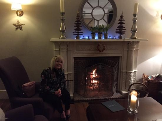 The Norfolk Mead Hotel: Lovely log fire