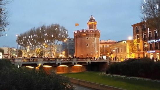 Castillet : Avec les illuminations de Noël.