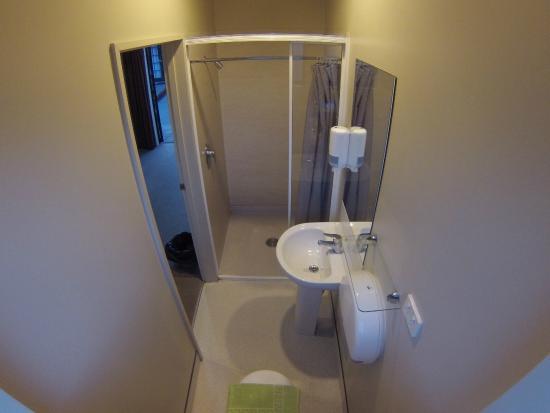 The Prince Albert Backpackers : Dorm Room Bathroom