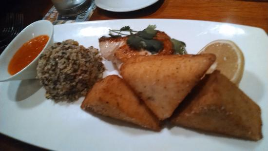 Dean's Seafood Bar & Grill: Fish hiding behind grit cakes.