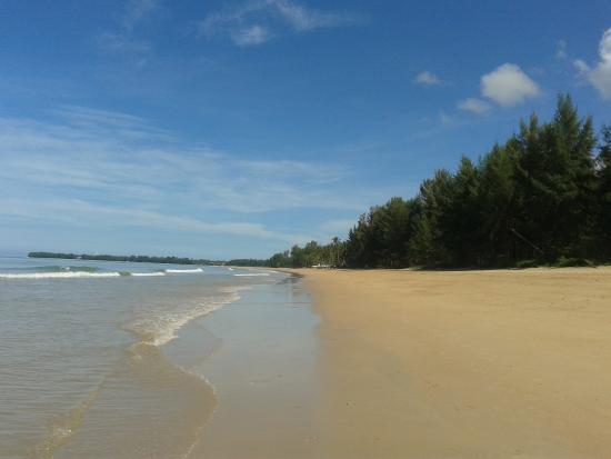 The Andamania Beach Resort: Strand am Hotel