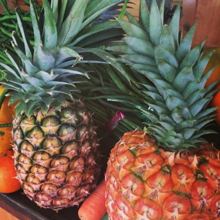 Daku Resort - Restaurant: Fresh pineapples
