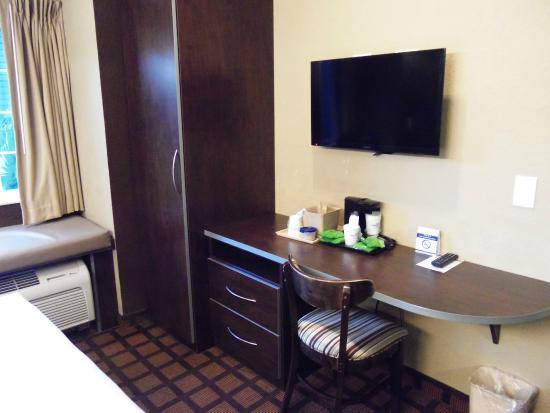 Microtel Inn & Suites by Wyndham Jacksonville Airport: Desk at the end of the bed