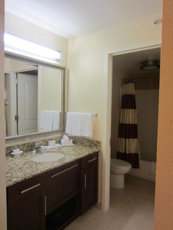 Residence Inn Arlington Capital View: Well-designed bathroom