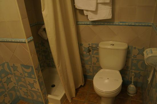 Hotel Rural Casares: The bathroom is less than convenient