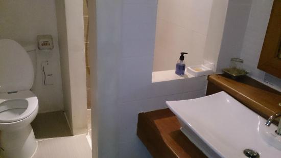 Loei Pavilion Resort Hotel: Modern bathroom