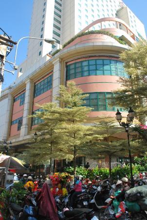 Windsor Plaza Hotel: Street view