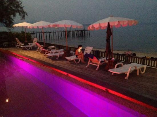 Baan Ploy Sea: Pool night