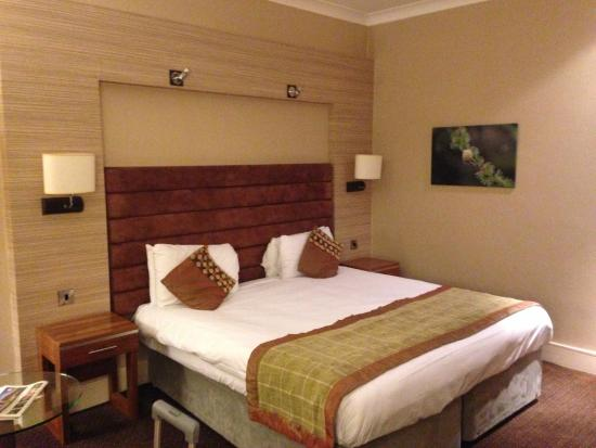 The Cheltenham Chase Hotel - A QHotel : Large bed in a standard room