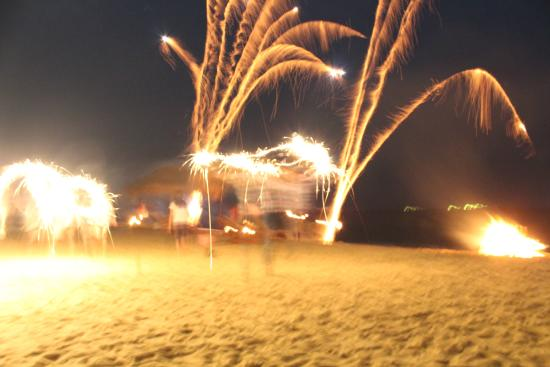Udekki: Fireworks while dining at the beach