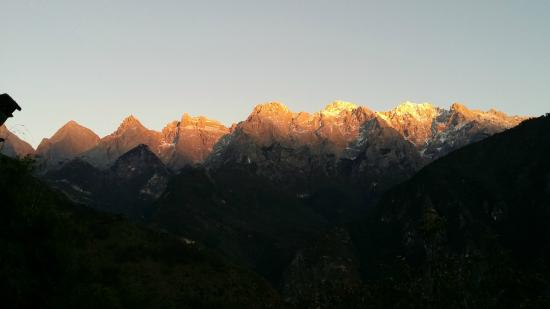 Naxi Family Guesthouse: Sunset on Yulong Snow Mountain from hotel deck