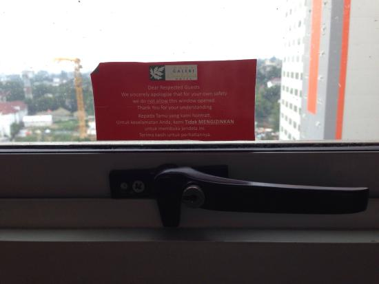 Galeri Ciumbuleuit Hotel & Apartment : You cannot even open the window. Not even a little bit. For our own safety..