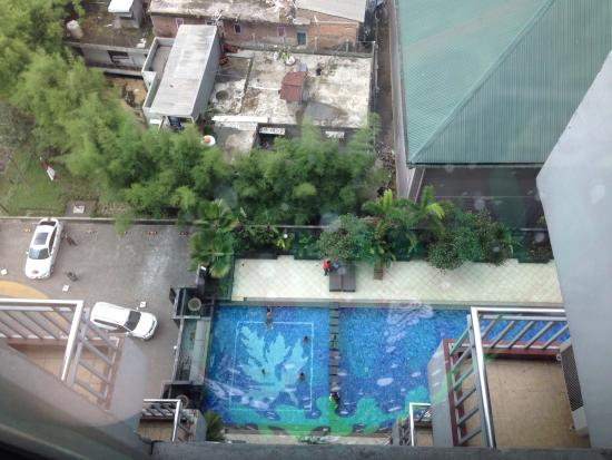 Galeri Ciumbuleuit Hotel & Apartment : Pool. Looks great, but it is located in the shade so very cold actually.