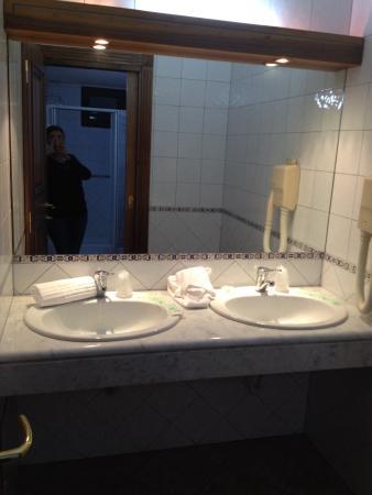Bagno con due lavandini - Picture of Hotel Belvedere, Lanusei - TripAdvisor