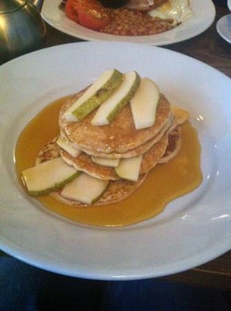 Blakes Coffee House: pancakes with pear and maple syrup