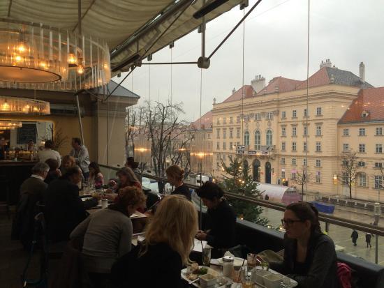 Leopold Cafe: Café Leopold com o MQ ao fundo