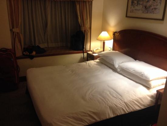 The Emperor Happy Valley Hotel: Bed is very hard