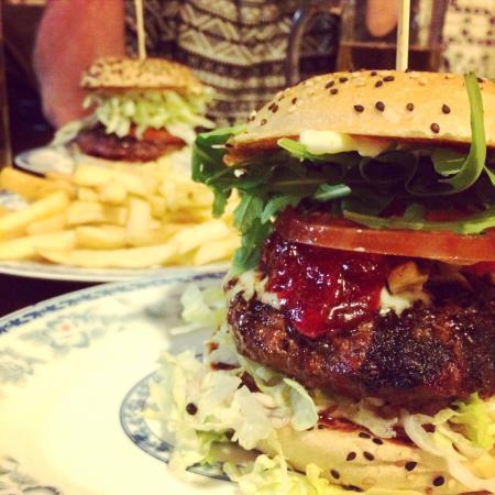 Burger au gorgonzola (avec un peu de confiture de groseilles). Env 6€ seulement !