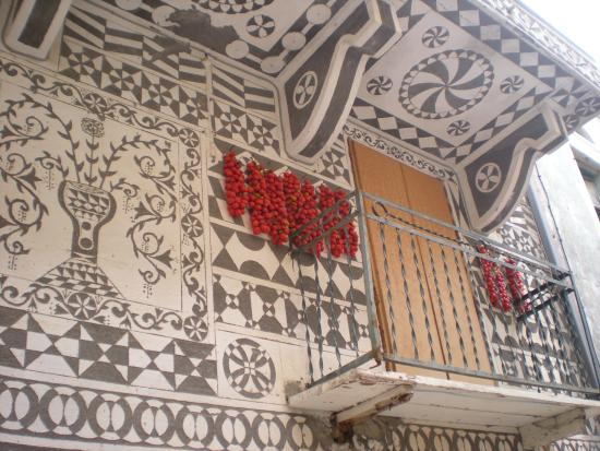Pyrgi : highly decorated house with cherry tomatoes