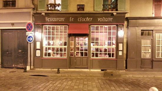 Le Clocher Voltaire: Rue pavee, devanture chaleureuse... allez y ! :)