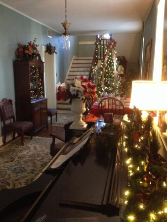 Jailer's Inn Bed and Breakfast: Lobby decorated for the holidays