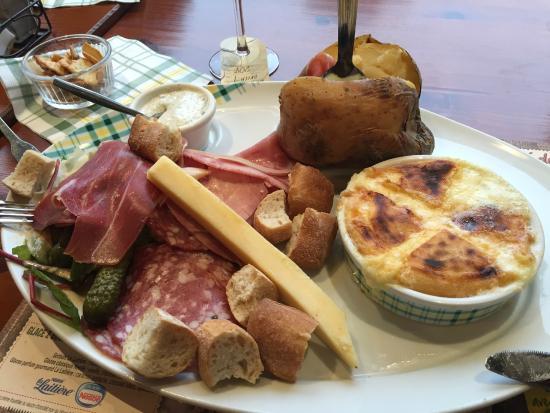 La Pataterie de Dunkerque : fromage rôti charcuterie et pomme au four hum!