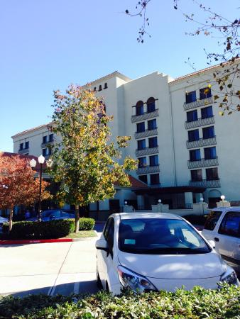 BEST WESTERN PLUS Heritage Inn Rancho Cucamonga/Ontario : The hotel from front parking lot