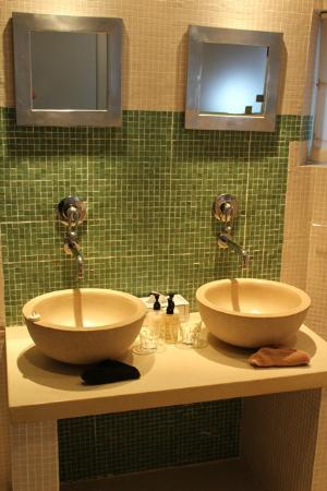 Dunkley House: geust bath room