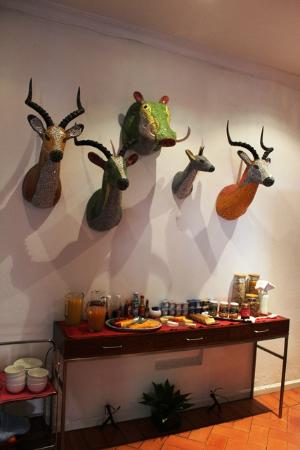Dunkley House: breakfast room with African touch