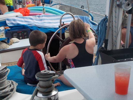 Симпсон-Бей, Сен-Мартен – Синт-Мартен: Alyssa steering the boat