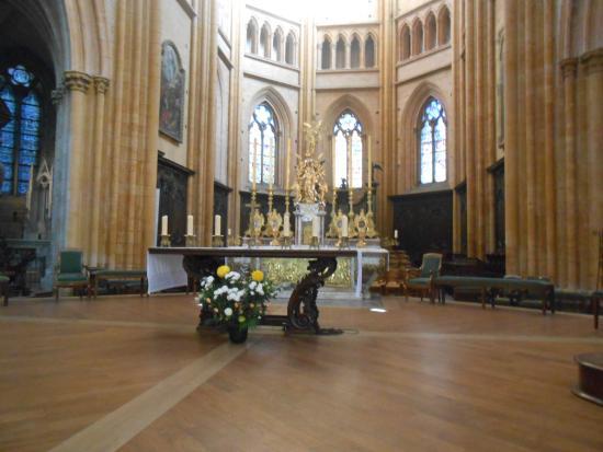 Cathédrale Saint-Bénigne (Dijon Cathedral): A mesa do altar é maravilhosa.