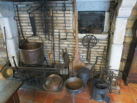 Le Musee du Gateau Basque: sous la cheminée...
