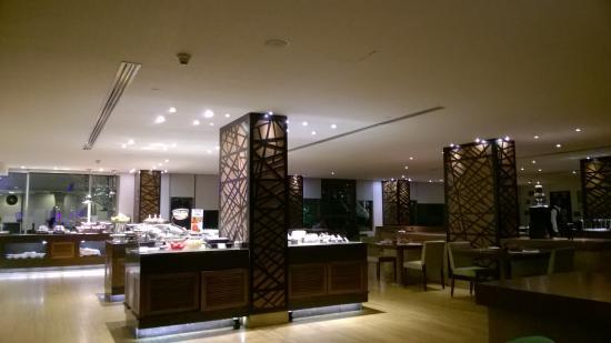 Radisson Blu Plaza Hotel Hyderabad Banjara Hills: dinning area