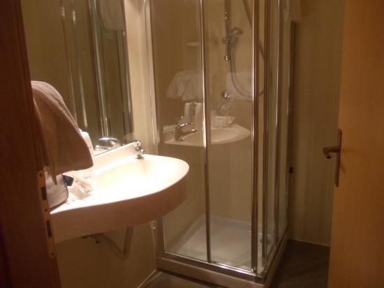 Bavaria Hotel: bagno della stanza 212