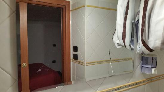 B&B Mergellina: Specchio rotto, niente box doccia, nessun appendino