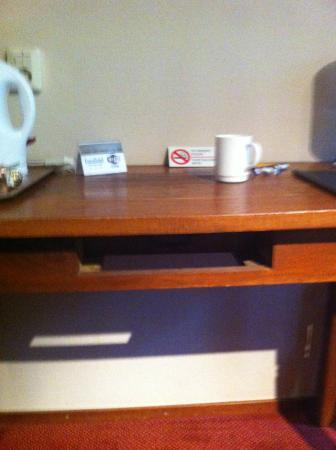 Euro Hotel Centrum: Missing desk drawer at room 201
