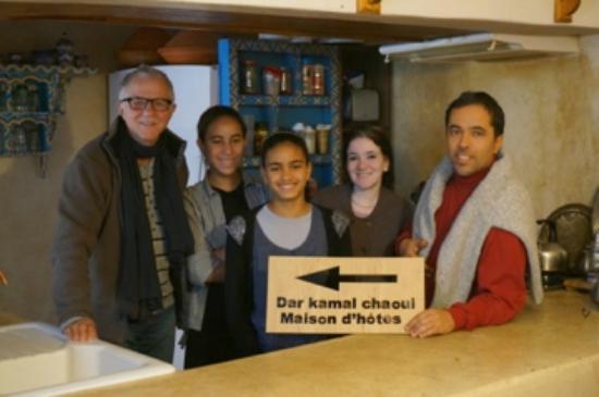 Dar KamalChaoui: De droite à gauche, Kamal, Naïma et des jeunes de sa famille et Peter