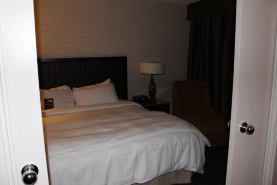 Cambridge Suites Toronto: King bed