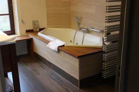 chambre avec jacuzzi photo de auberge de la ferme rochehaut tripadvisor. Black Bedroom Furniture Sets. Home Design Ideas