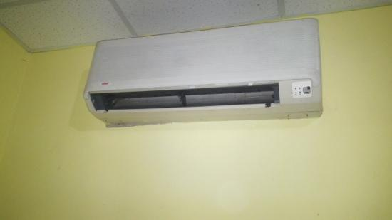 Airport Suites Hotel: the ac unit had no blades