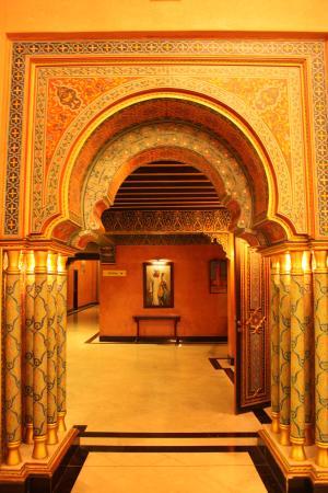 Pasillos con columnas en el  Riad Mogador Menara